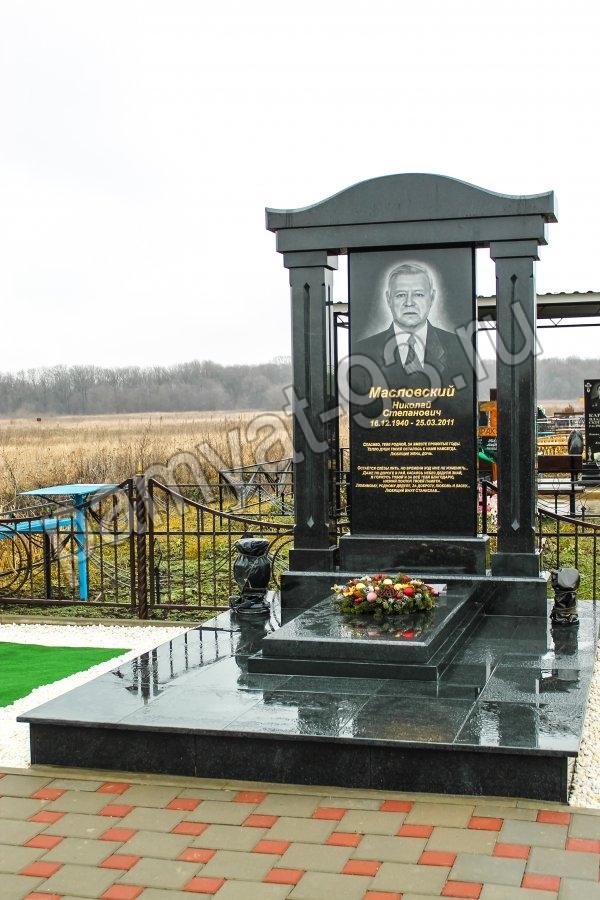 Памятник с крестом Зерноград Цоколь резной из габбро-диабаза Ангарск