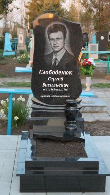 Цоколь из габбро-диабаза Ленинский проспект